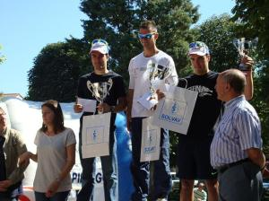 Javier Gutierrez acompañado por los hermanos Rojo en el podium. Foto: Oier Goñi