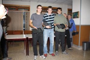 Oier Goñi flanqueado por Iosu Erkizia y Xabi del Val en el podium masculino de la III Liga. Foto: Esquiblog.com