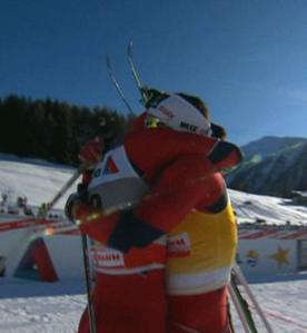 Abrazo en la meta de Davos entre Skofterud y Bjoergen, dominadoras del esquí de fondo